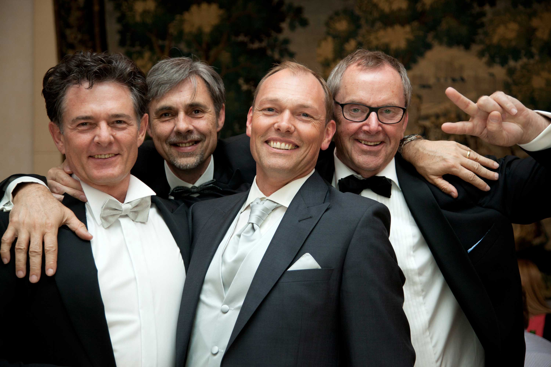Der Bräutigam mit seinen Freunden während der Party.