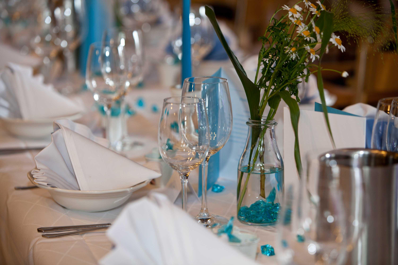 Tischdekoration bei der Hochzeitsfeier.