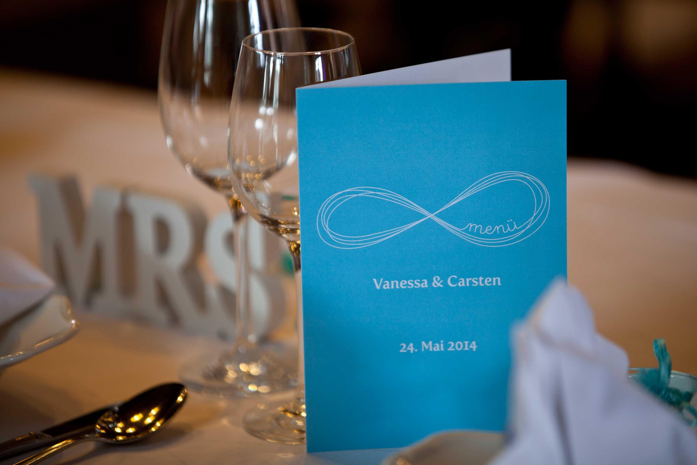 Tischdekoration bei der Hochzeitsfeier. Menükarte mit den Vornamen des Brautpaares.