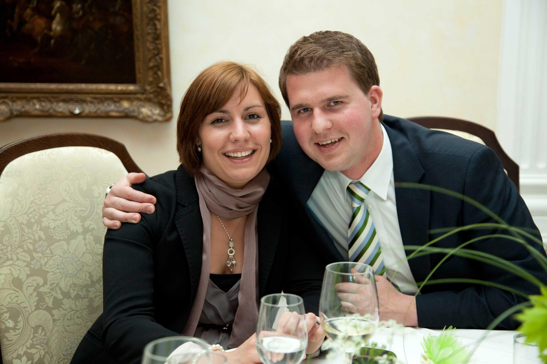 Hochzeitsgäste am Tisch während der Feier. Paarportrait.