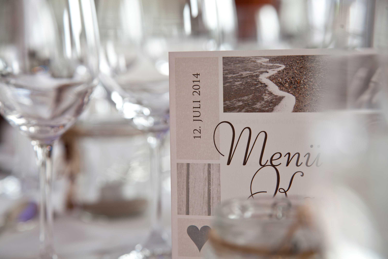 Tischdekoration bei der Hochzeitsfeier. Menükarte mit Datum.