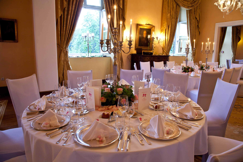 Tischdekoration bei der Hochzeitsfeier. Speisesaal dekoriert und eingedeckt für die Hochzeitsgesellschaft.