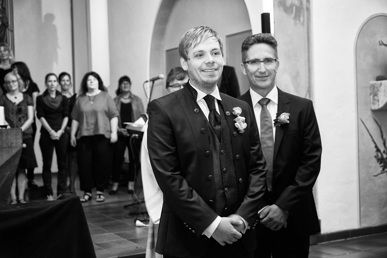 Der Bräutigam in der Kirche. Hinter ihm steht der Trauzeuge.