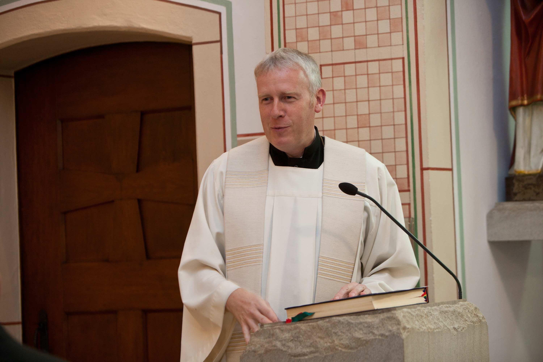 Der Pfarrer am Rednerpult während der Trauung.